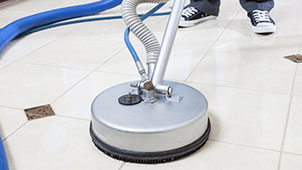 A tool called spinner performing the cleaning of ceramic tiles and grout.